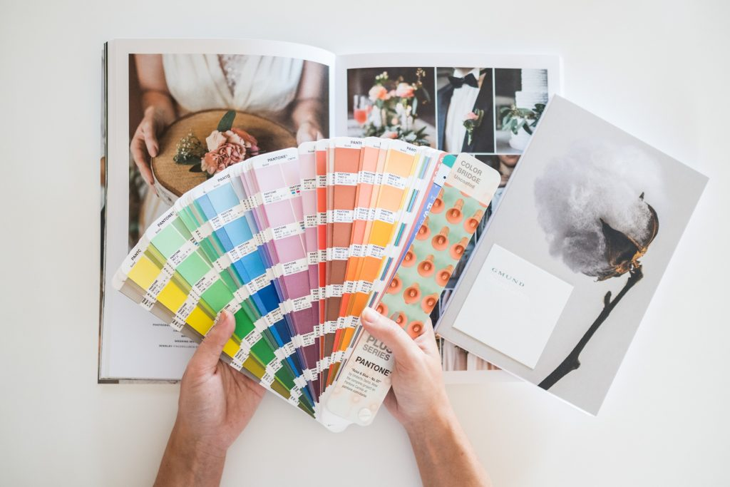 Welche Farbe soll die Braut für ihre Hochzeitseinladung wählen? Die Farbauswahl zieht sich durch das gesamte Hochzeitskonzept.
