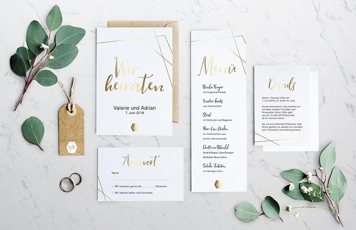 Bei der Hochzeitseinladung wurde die Einladungskarte Hochzeit mit Gold Geometrie versehen. Minimalistisch Design steht im Vordergrund der Karte. Details und Menü sind im selben Design. Durch Kraftpapier und Weißdruck wird diese Hochzeitspapeterie abgerundet.